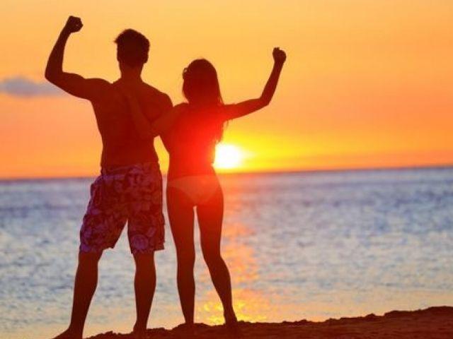fitness-couple-beach-sunset_2048x2048-500x383@2x